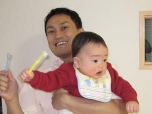歯ブラシを持つ僕と息子